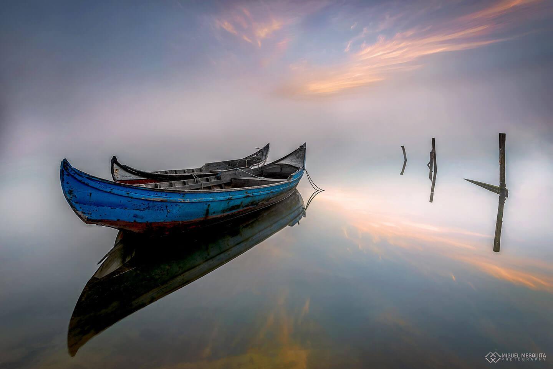 Barca y reflejo con trípode carbono Leofoto y foto de Miguel Mesquita
