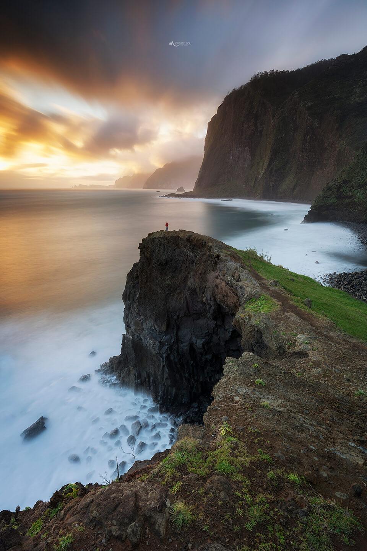 El fotógrafo Duarte Sol y paisaje costero con trípode y rótula Leofoto